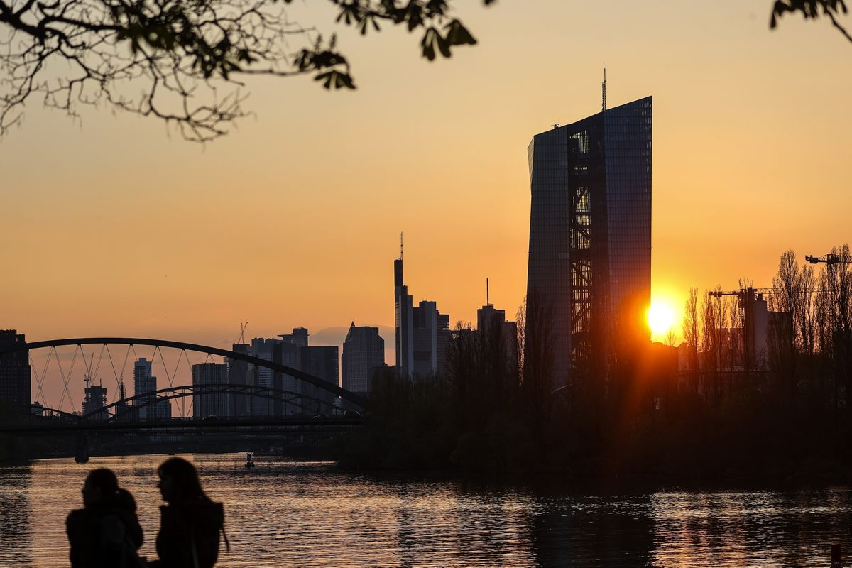 ECB Officials Expect Heated June Decision on Crisis Program thumbnail