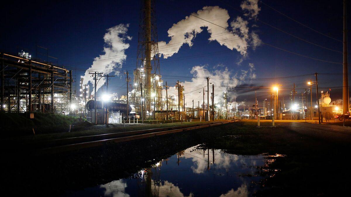 Oil Trades Near $45 as U.S. Keeps Pumping in Oversupplied Market