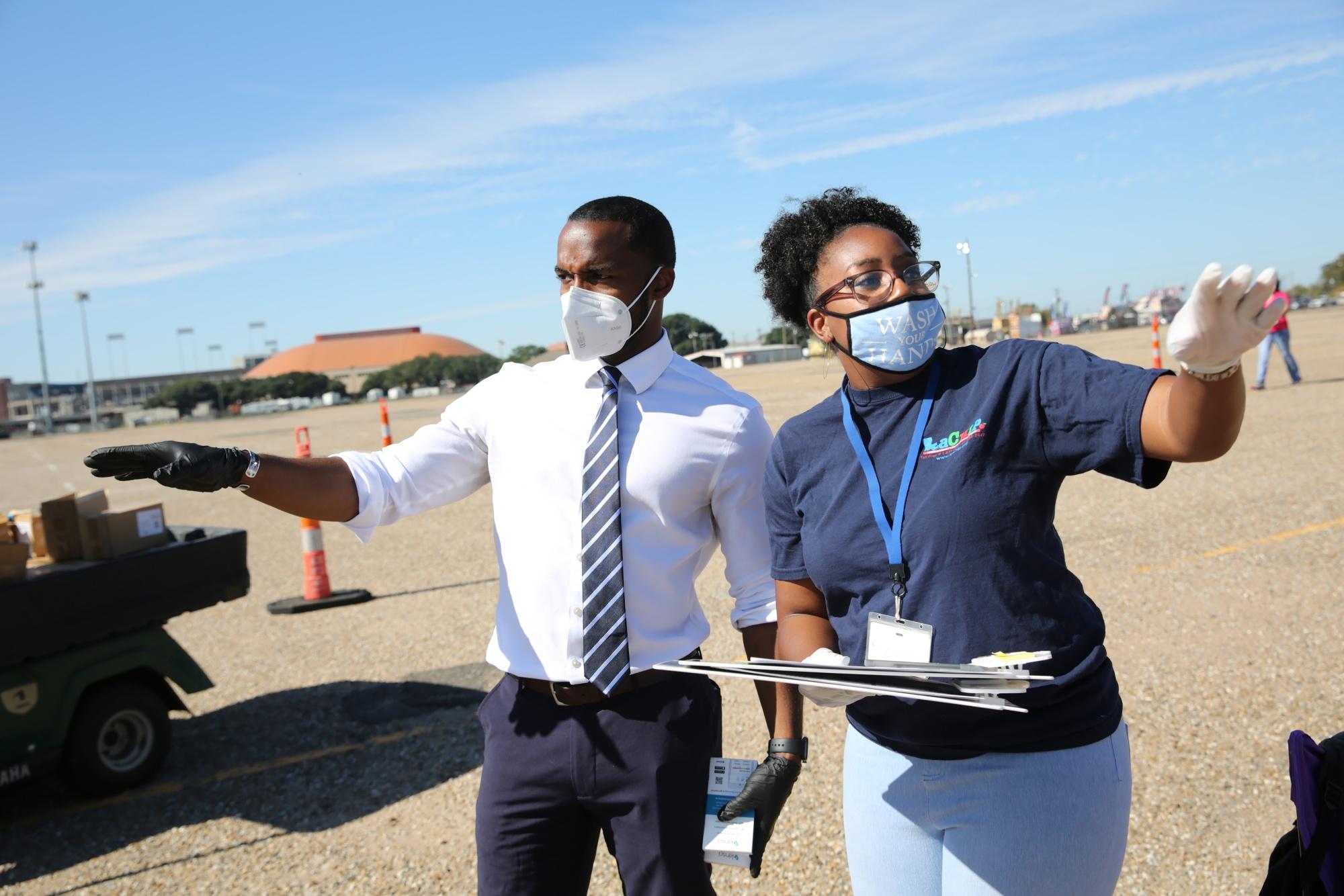 Burmistrz Shreveport, Adrian Perkins, pojawia się i rozdaje darmowe termomery w klinice dla kierowców na grypę w Louisiana State Fairgrounds w Shreveport, Luizjana, USA, w czwartek, 5 listopada 2020 r. Fotograf: Dylan Hollingsworth / Bloomberg