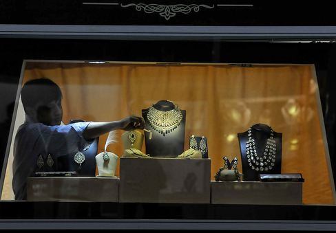Gold Bears Scarce in India as Selloff Lures Shoppers to Bazaars