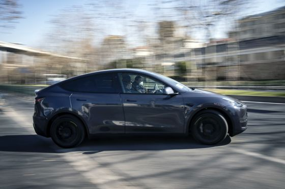 Tesla Falls as Chip Crisis, Battery Doubts Loom Over Profit Beat