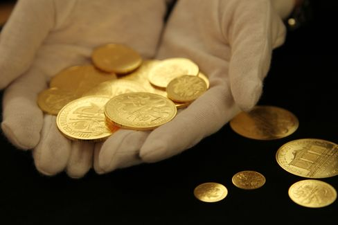 Gold Advances to Highest Since Rout, Set for Best Week Since '11