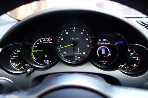 The Cayenne has green dials to match its green brake calipers.