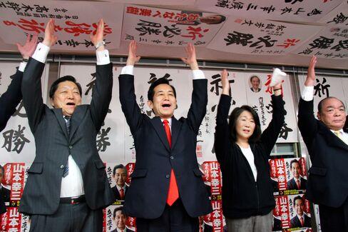 山本幸三氏(左から2人目)