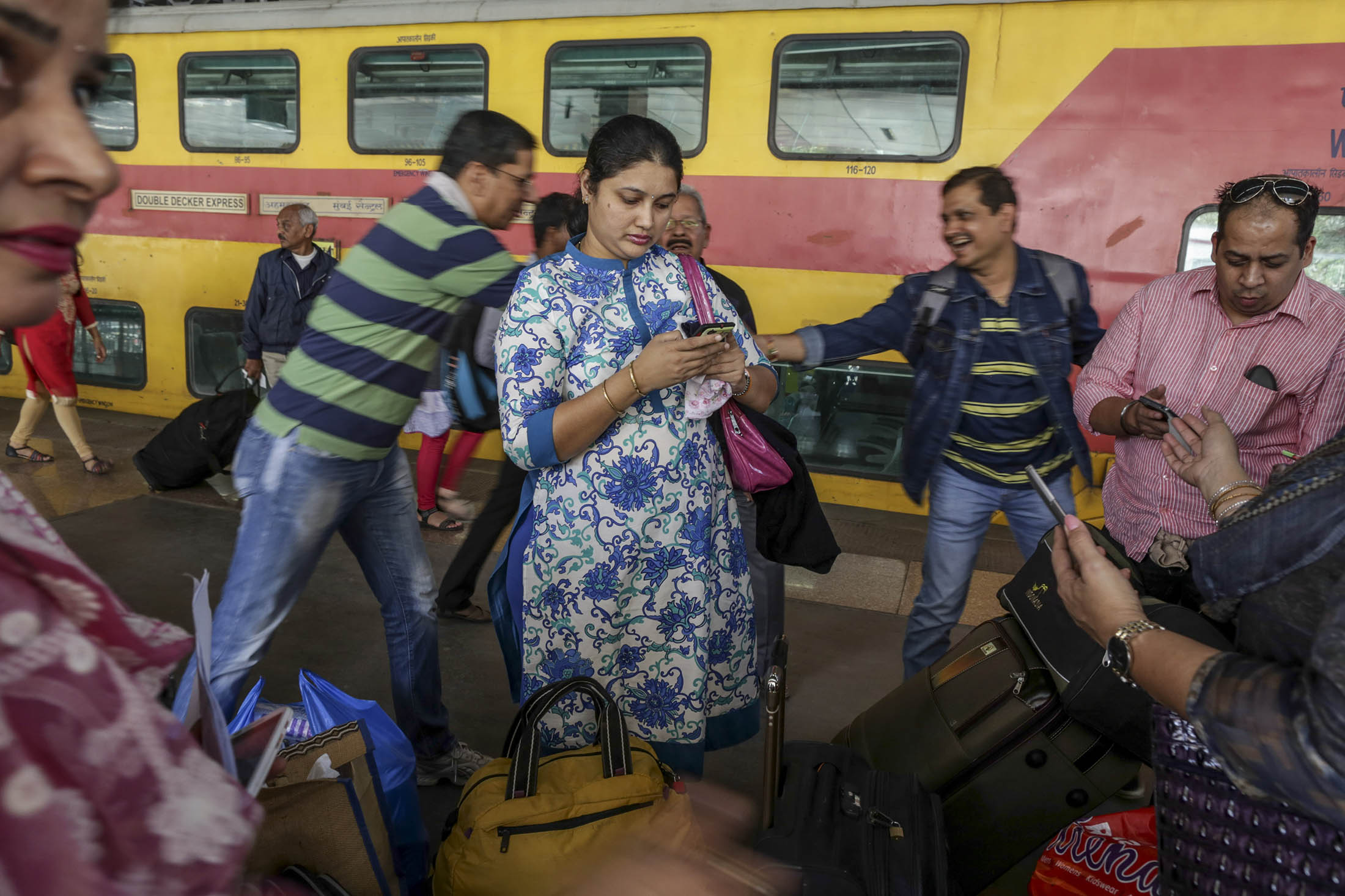 Debt-Fueled  Phone Wars May Blow $74 Billion Hole in India Wallet - Bloomberg