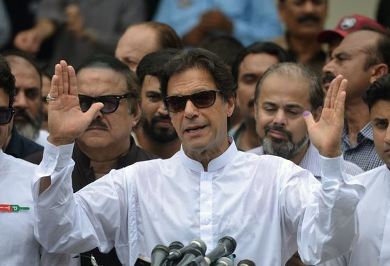 Imran Khan Wins Lawmaker Vote to Become Pakistan Premier