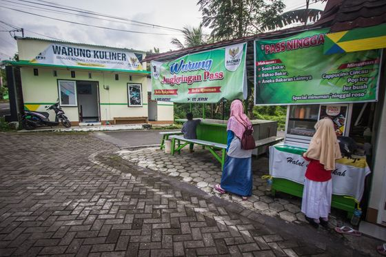 2 Million Jobless Motorbike Drivers Show Covid's Toll on Indonesia's Gig Economy