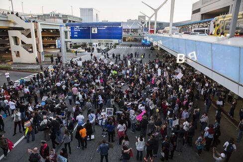 入国制限に反対するデモ参加者(29日、ロサンゼルス)