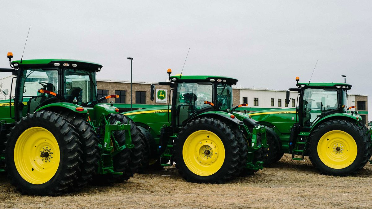 Farmers Fight John Deere Over Who Gets To Fix An 800 000 Tractor Bloomberg
