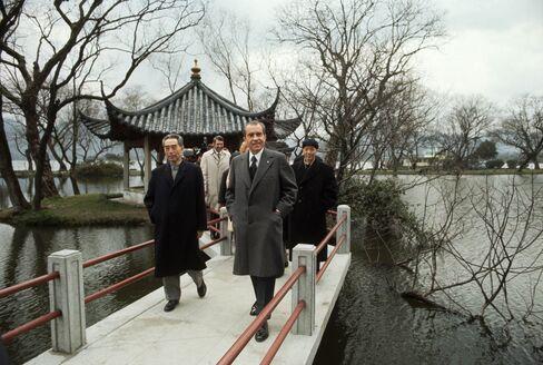 Premier Zhou Enlai tookPresident Richard Nixon ona stroll through Hangzhou's West Lake in 1972.