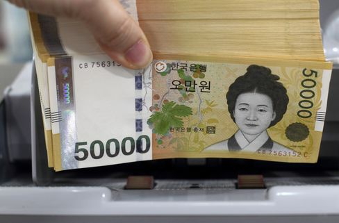 Korea Bonds Slide, Won Erases Loss as BOK Leaves Rate Unchanged