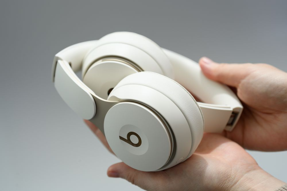 Apple Adds Noise Cancelling To Beats Solo Over Ear Headphones Bloomberg