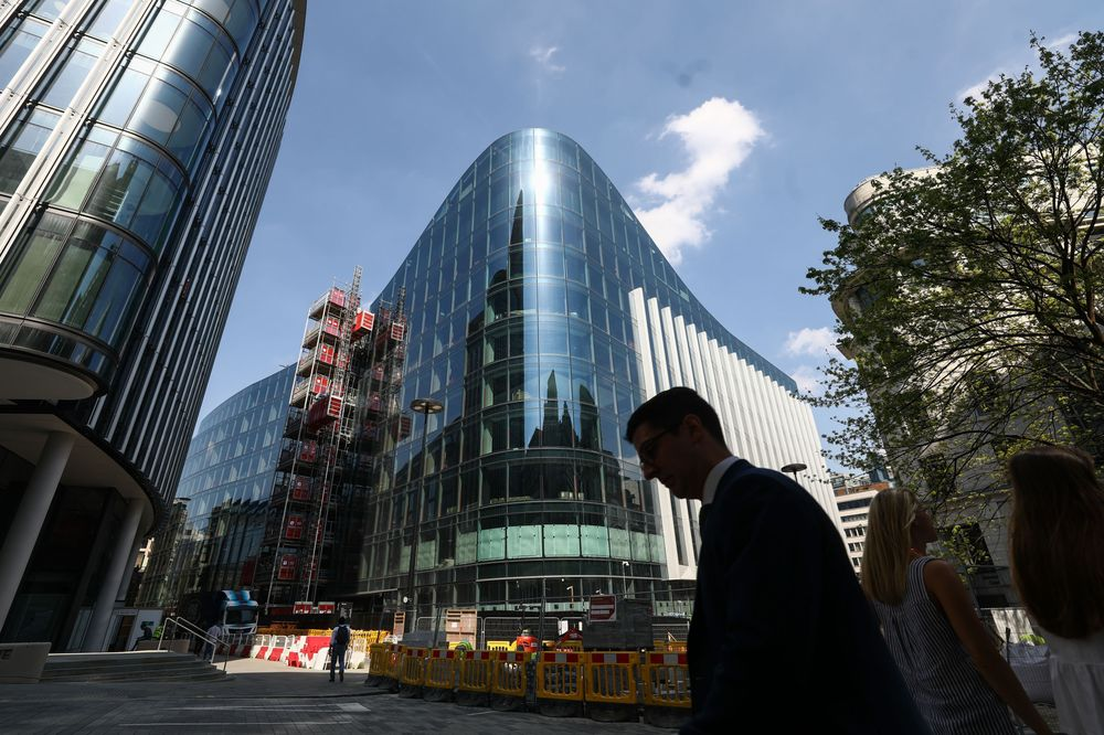 Un pedone attraversa la nuova sede europea di Goldman Sachs Group Inc. a Londra, Regno Unito