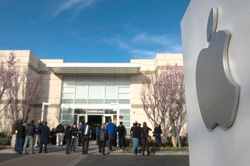 At Apple???s Annual Meeting, David Einhorn Looms Large