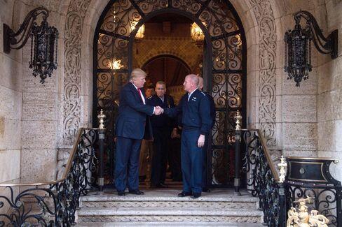フロリダ州の別荘で防衛企業首脳らと握手するトランプ氏