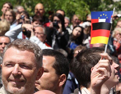 Greek Crisis Evasion to Fore as Merkel Hosts Hollande in Berlin