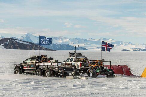 旅行客の到着を待つ6輪トラック