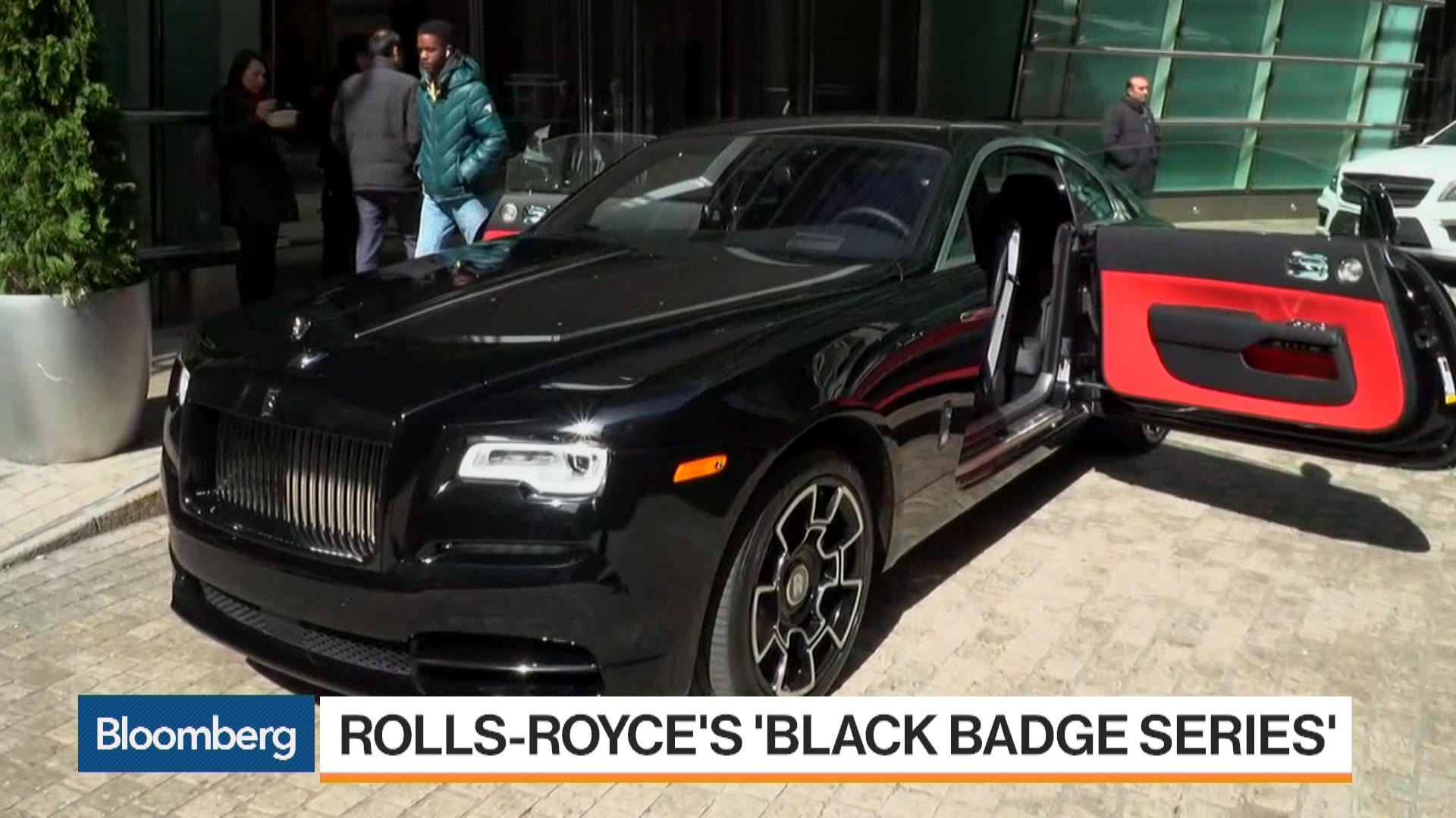 RollsRoyces Black Badge Series Targets Young Drivers Bloomberg - Rolls royce financial services
