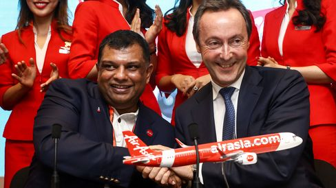Fernandes shakes hands with Fabrice Bregier, Airbus CEO.