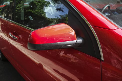 The Chevy SS has manual-fold side mirrors.