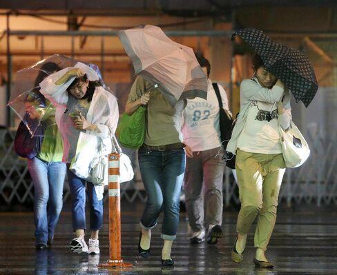 Japan Carriers Cancel Domestic Flights as Jelawat Approaches