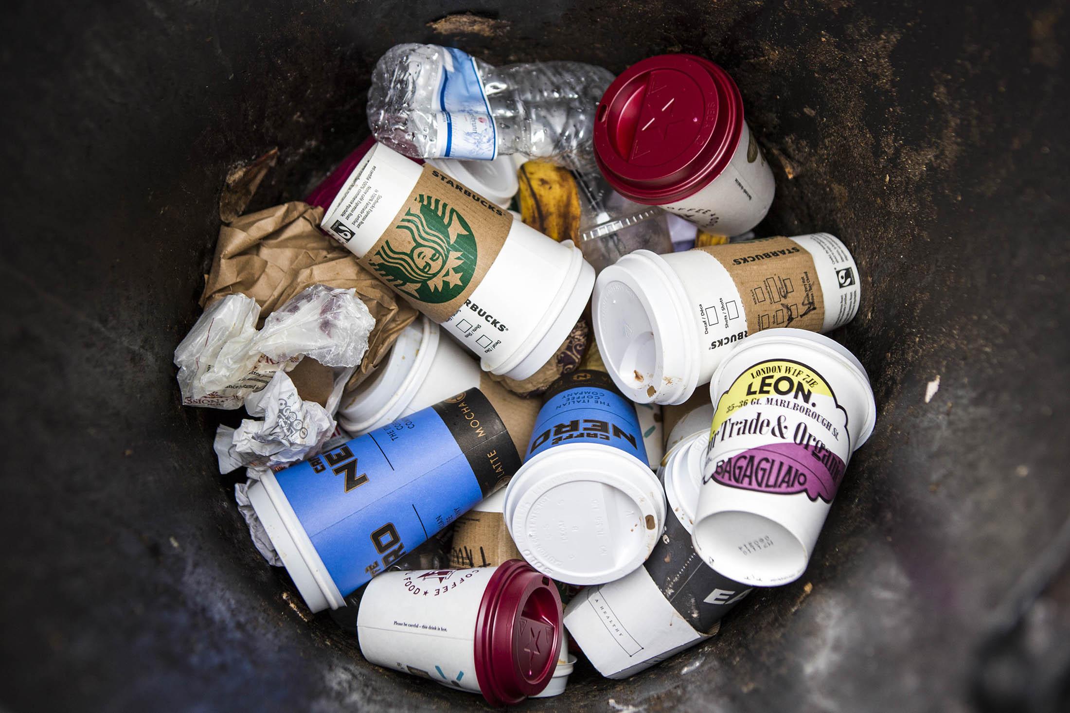 Londres usa copos de café gigantes para reciclar pequenos