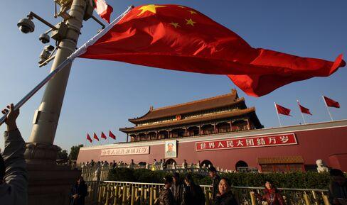 北京・天安門前に掲げられた五星紅旗(2014年11月9日)