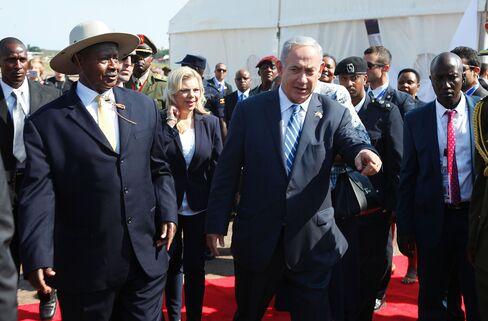 Benjamin Netanyahu and Yoweri Musevini in Uganda on July 4.