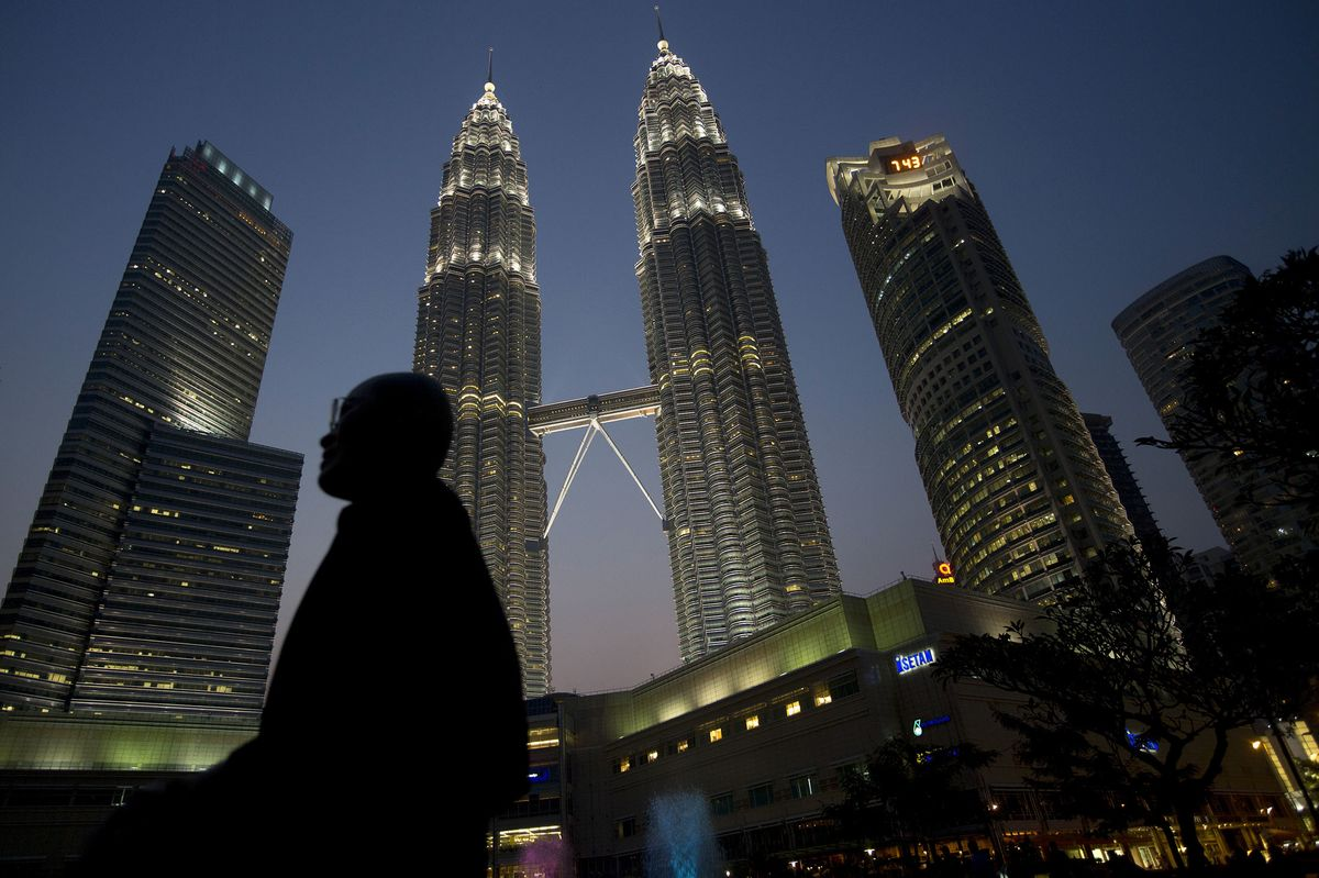 Malaysia Faces Higher Rates, Currency Risks and an Election Battle