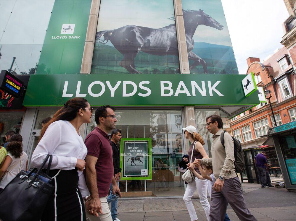 Lloyds Pushes Ahead With $2.3 Billion Buyback Amid U.K. Turmoil