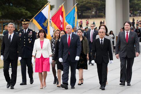 国立ソウル顕忠院を訪れたペンス米副大統領とカレン夫人(4月16日)