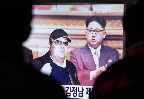 金正男氏と金正恩委員長の写真を映し出す韓国のテレビ画面