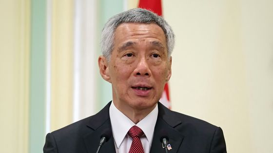 Singapore PM Pledges to 'Defuse Resentments Over Foreigners'