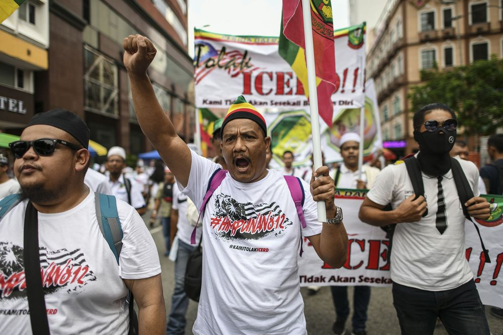 Mahathir Faces First Major Rally as Protesters Gather in Capital