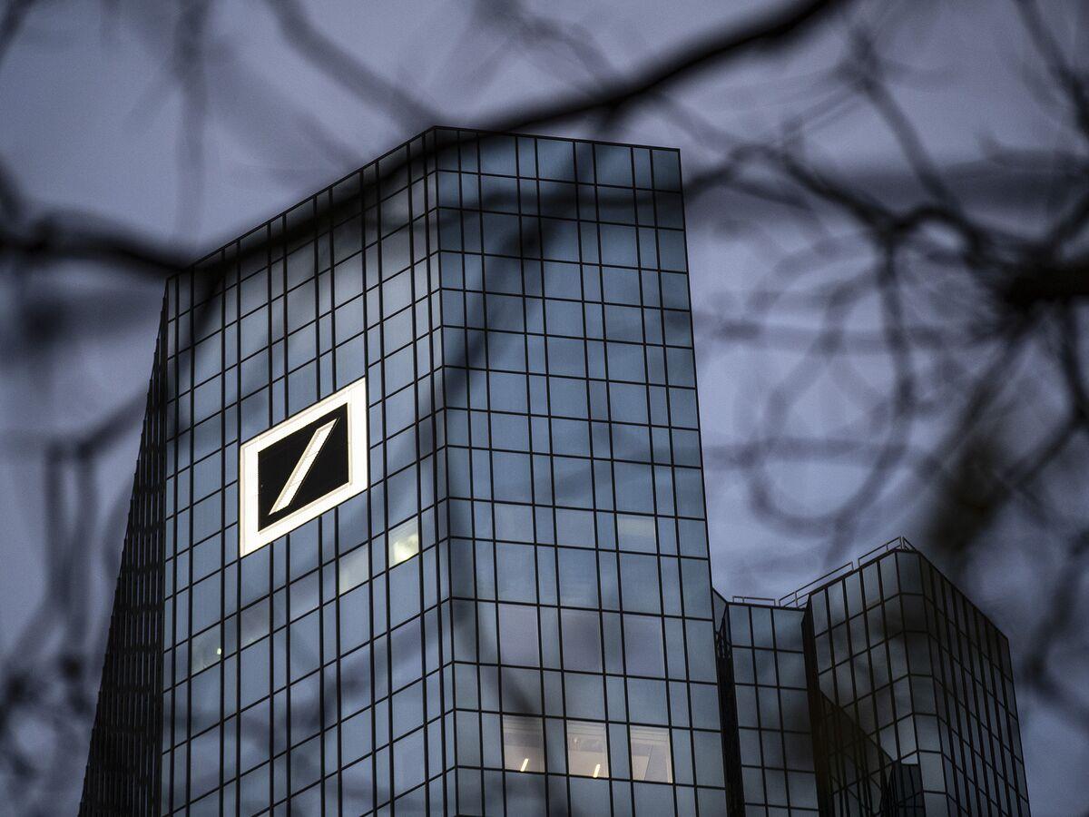 Deutsche Bank Cuts Investment Bank Bonuses About 30%