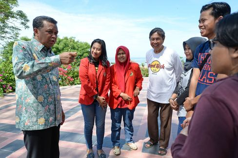 Bantaeng Regent Nurdin Abdullah talks with people.