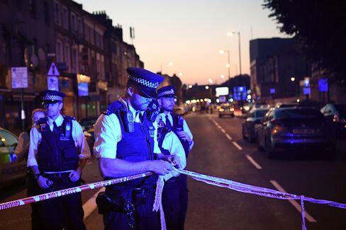 事件現場への道路で警戒する警官ら(19日、ロンドン・フィンズベリーパーク)