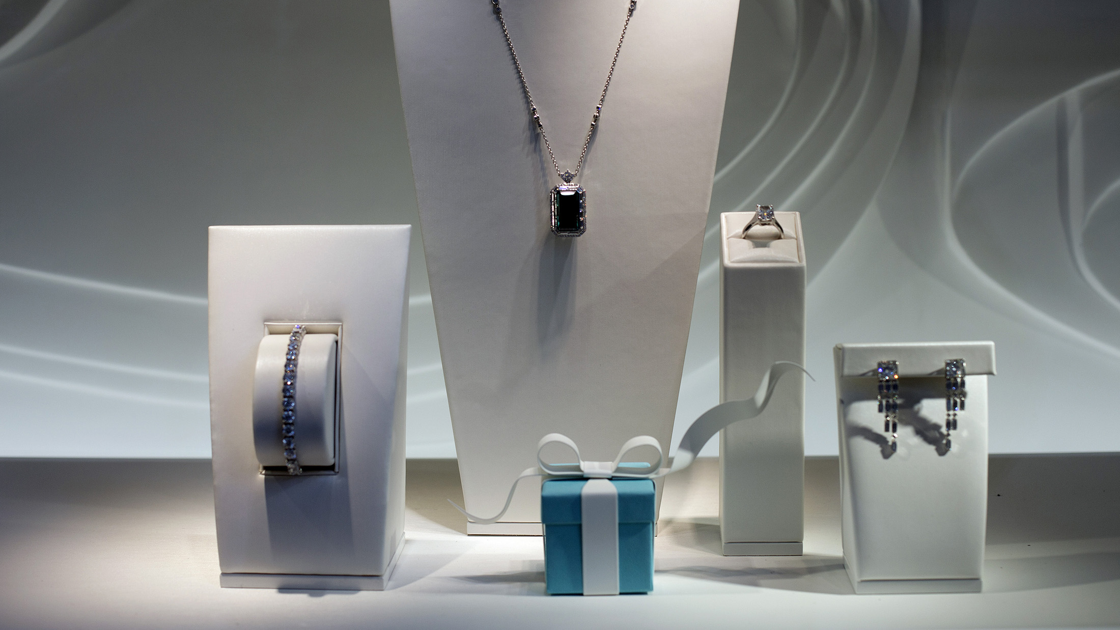Tiffanys New Ceo Faces Jewelry Industry Thats Lost Allure Bloomberg