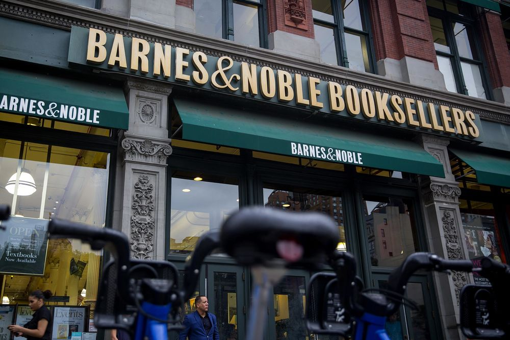 Barnes Noble Holiday Sales Sink As Coloring Book Fad Fades Bloomberg