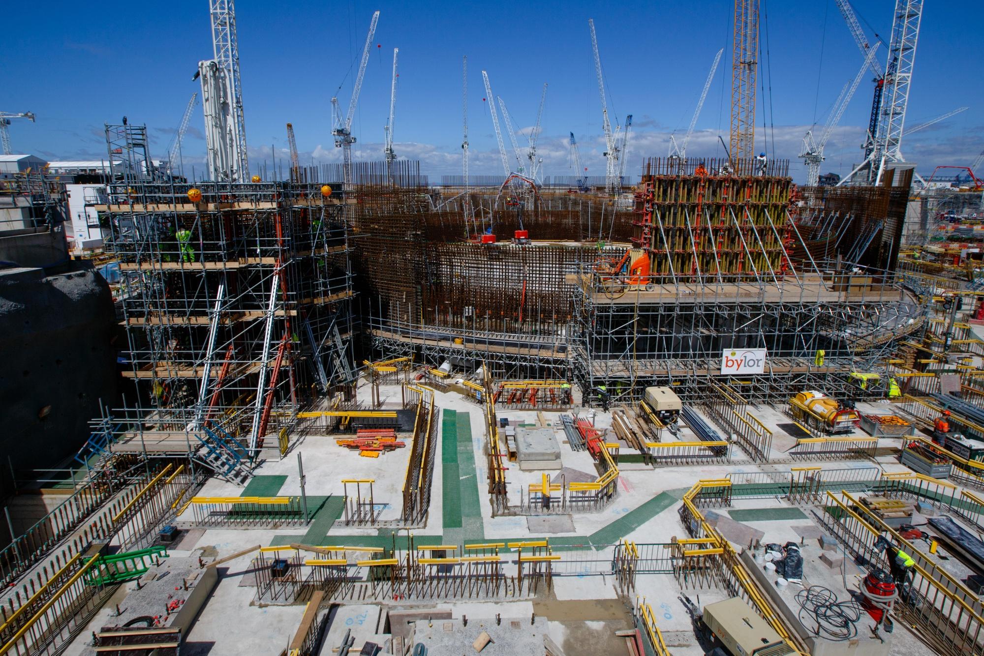 Dźwigi otaczają jednostkę reaktora nr 2 na projekcie budowy Hinkley Point C w pobliżu Bridgwater w Wielkiej Brytanii w dniu 28 lipca.