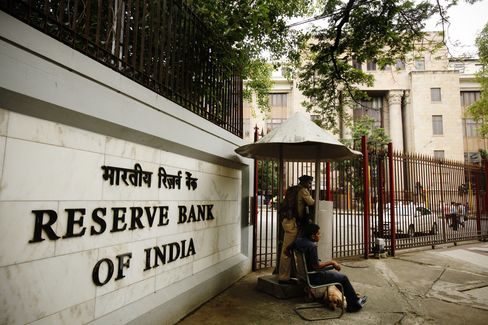India Pauses Rate Rises as Growth Risks Halt Tightening
