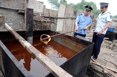 警察が違法な食用油を検査(2010年8月、北京で)