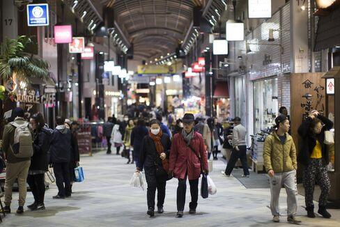 商店街を歩く買い物客(都内)