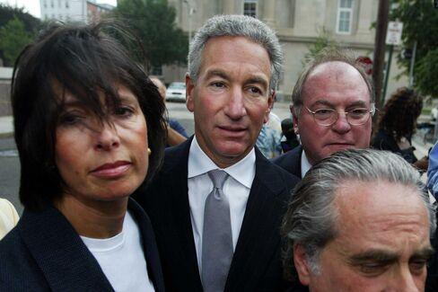 チャールズ・クシュナー氏(中央、2004年8月18日ニュージャージー州の米連邦地裁前)
