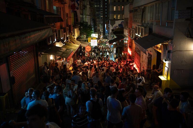 Nhiều người tụ tập tại khu vực đêm của Soho ở Hồng Kông, ngày 8 tháng 5. @ Roy Liu / Bloomberg