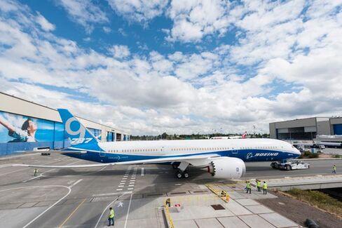 A Quiet Debut for a Bigger Dreamliner