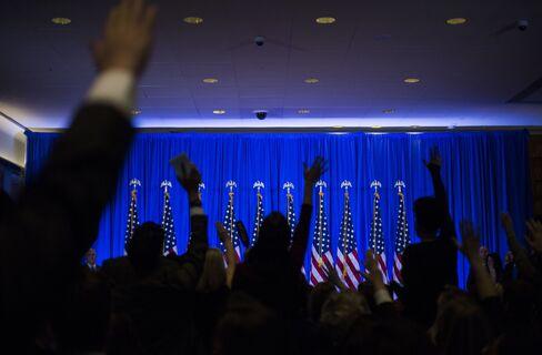 トランプ会見で質問のため手を上げる記者団