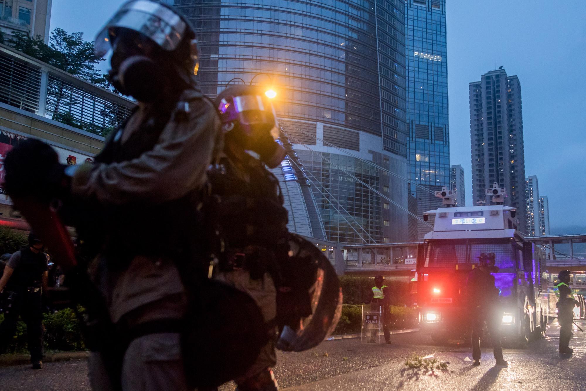 中国は介入示唆、香港の抗議デモ激化で警察は放水砲や催涙ガス使用 - Bloomberg