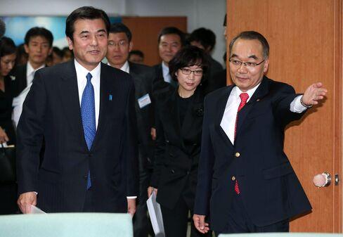S. Korea, Japan Finance Ministers Meet in Effort to Repair Ties