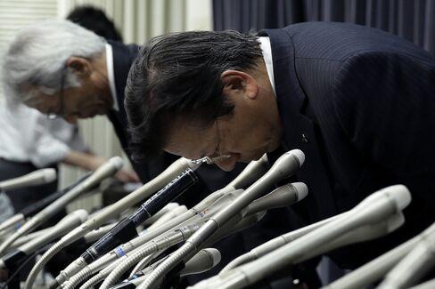 Tetsuro Aikawa, CEO of Mitsubishi Motors Corp., right, in Tokyo on April 20.